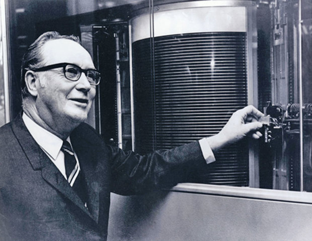 IBM introduce el primer disco duro.