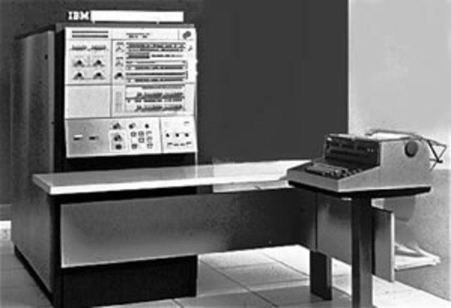 IBM despacha su primera computadora transistorizada o de segunda generación