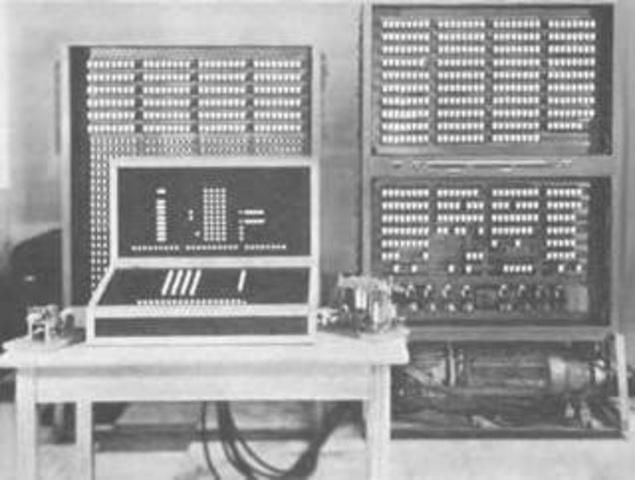 onrad Suze presento el z3 el primer computador electromagnético programable mediante una cinta perforada .Tenia 2.000 electroimanes una memoria de 64 palabras de 22 bits ,pesaba 1.000Kg y cosumia 4.000 wats .