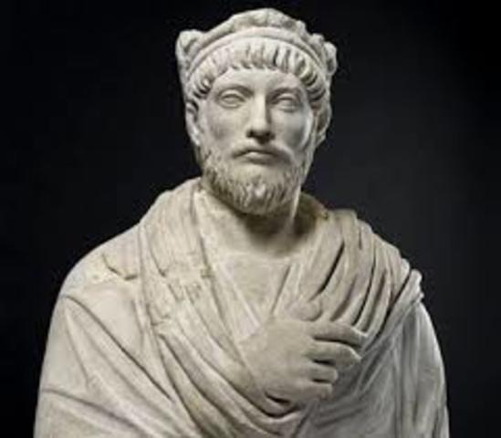 En el año 330 el Emperador Constantino decidió trasladar la capital del imperio oriente, eligiendo como asiento la cuidad Bizancio. La cual recibio el nombre de Constantinopolis; donde proviene el nombre Constantinopla.