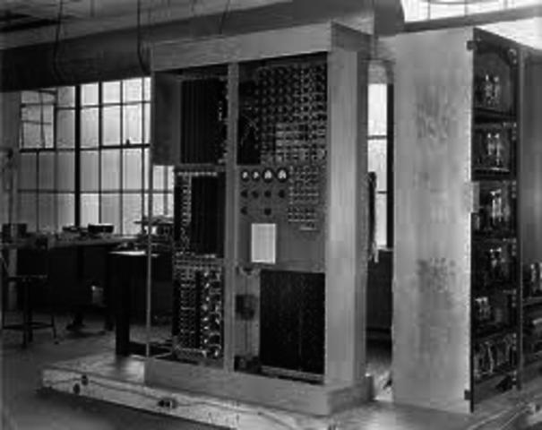 Se inventa el primer compilador