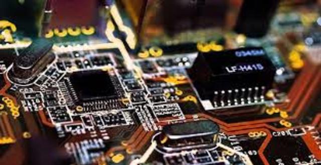 """Se reemplaza la memoria de anillos magnéticos por la memoria de """"chips"""" de silicio."""
