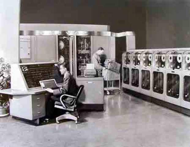 El primer computador comercial U.N.I.V.A.C 1, fabricado por la Howard Aiken Sperry-Rend Corporaiton y comprado por la oficina del Censo de U.S.A. disponía de mil palabras de memoria central y podía leer cintas magnéticas.