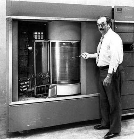 IBM inroduce el primer disco duro.