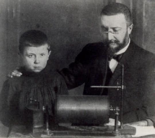 Alfred Binet con infante aplicando una prueba.