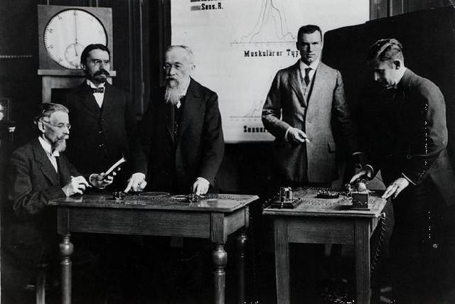 Cattel y Wundt rodeados por colaboradores y estudiantes en Leipzig, el lugar del primer laboratorio experimental para la investigación psicológica.
