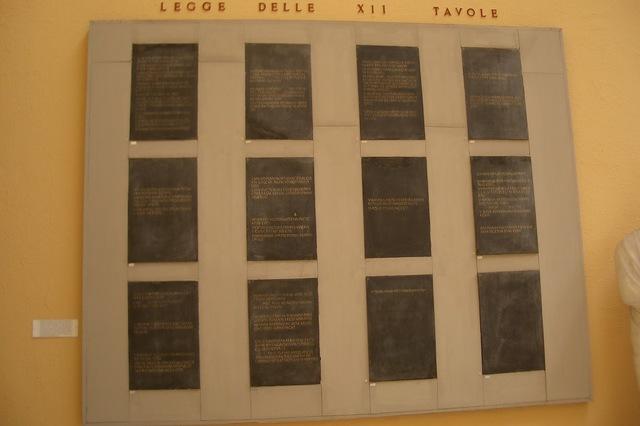a.C.; Primera Expresión Formal del Derecho Romano: Ley de las doce tablas.