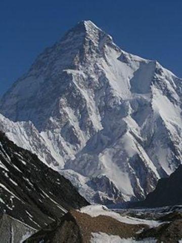 Ardito Desio raggiunge per la prima volta la vetta del K2