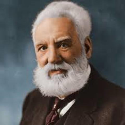 Alexander Graham Bell patentó el teléfono
