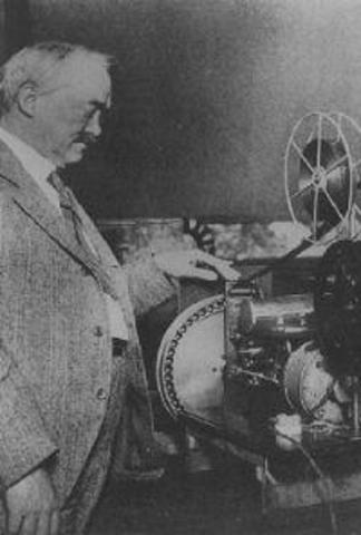 Baird y Jenkins realizan las primeras transmisiones de televisión por alambre
