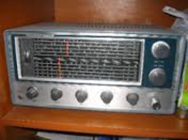 Se desarrolla la Válvula de Filamento que da origen al primer radio-receptor electrónico