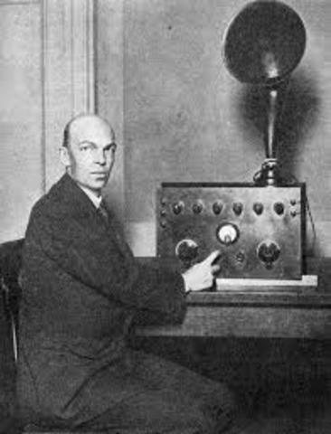 Edwin H. Armstrong realiza una demostración de un radio FM