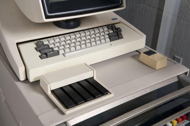 Корпорация Xerox представила персональный компьютер Star, коммерческую разновидность Alto