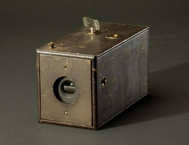 George Eastman presentó su cámara Kodak