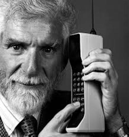 Bell Labs desarrolla el primer servicio de telefonia movil.