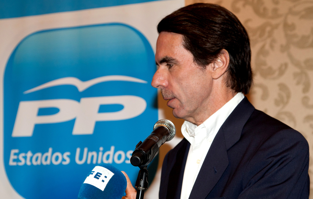 El PP, con José María Aznar al frente, gana las elecciones.