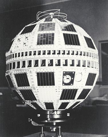 Primer satélite comercial de comunicaciones entre EEUU y Europa durante periodos de 30 minutos.