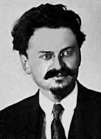 POL El político y teórico revolucionario sobietic-o Leòn Trotsky es asesinado en coyoacàn,Mèxico por un agente stalinista.