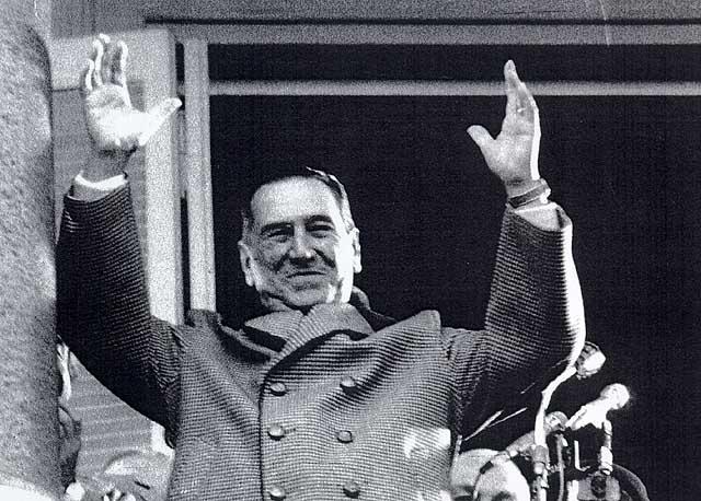 soc. El coronel Juan D. Perón es sevretario de guerra. luego lo sera de trabajo y prevision