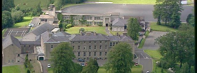 Ingresa al Portora Royal School, en Enniskillen.