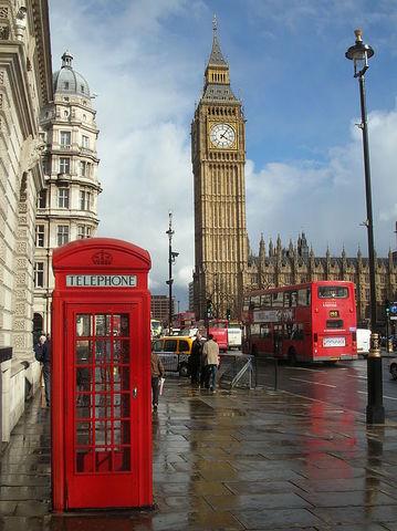 Marcha a Londres, y establece allí su residencia.