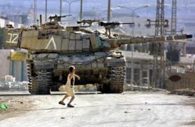 Israel lanza la Operación Escudo Defensivo en respuesta a los ataques masivos terroristas palestinos.Israel comienza la construcción de la cerca antiterrorista para detener terroristas en Cisjordania de matar a ciudadanos israelíes.
