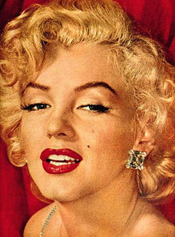 Cultural: la actriz Marilyn Monroe se casa con el dramaturgo Arthur Miller.