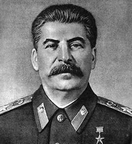 Stalin se hace al poder en la URSS al morir Lenin.