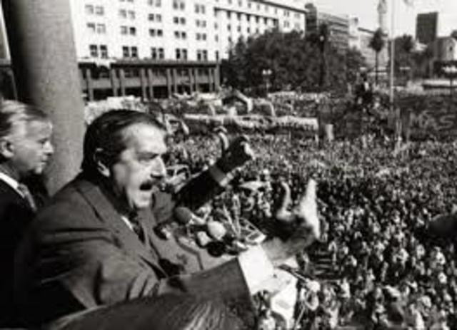 Argentina CUL: Raul Alfonsin realiza un acto en el luna Park, que reúne a 25.000 personas.