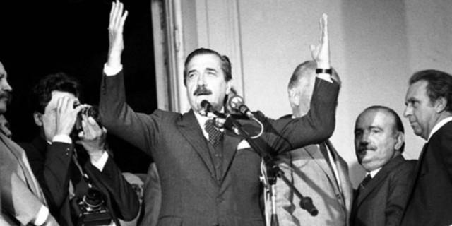 Argemntina SOC: Triunfa el Radical Alfonsin en las elecciones presidencias, celebradas el 30 de octubre