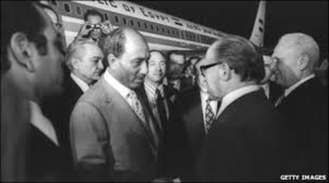 Politico: El presidente egipcio Anwar Elsadat viaja a Jerusalén