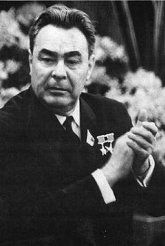 Leonid Brezhnev, asume la jefatura de Estado
