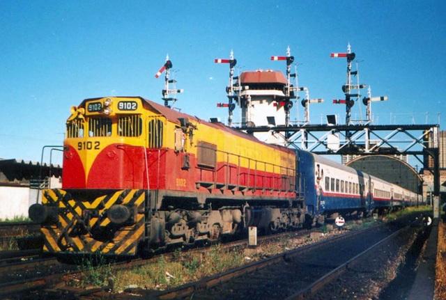 Político: Carlos Saúl Menem clausura de los servicios interurbanos de ferrocarriles