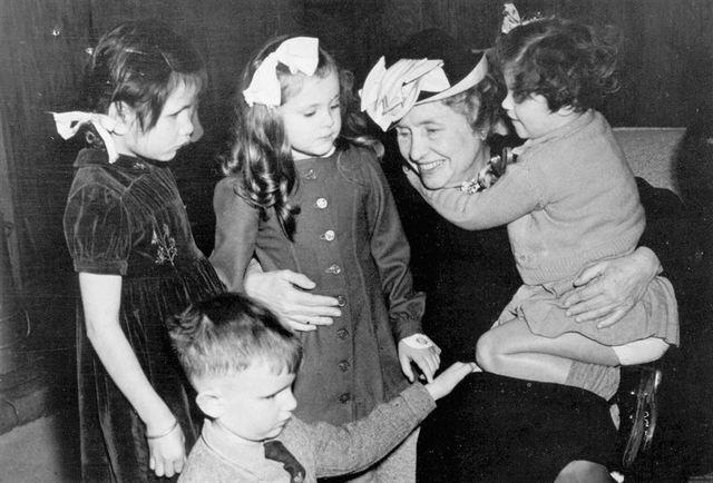 Helen Keller begins her traviling