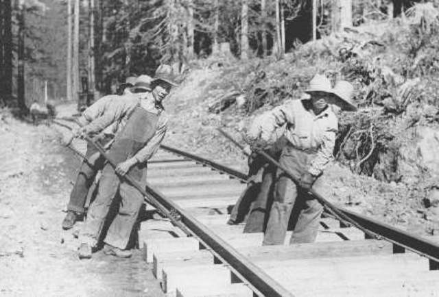 Canadian Pacific Railway recruits Cinese labourers
