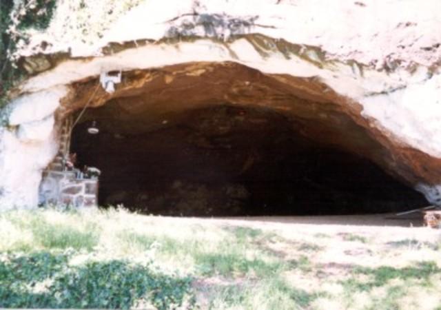 O Cavaleiro passa a noite de Natal a  rezar na gruta de Belém.