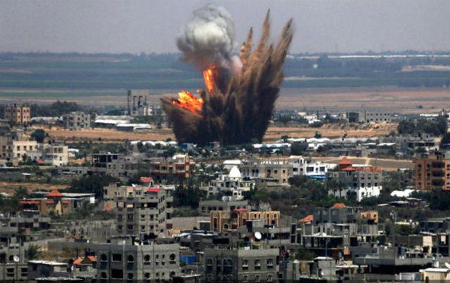 Francia lanza fuertes bombardeos la capital del EI en Siria.
