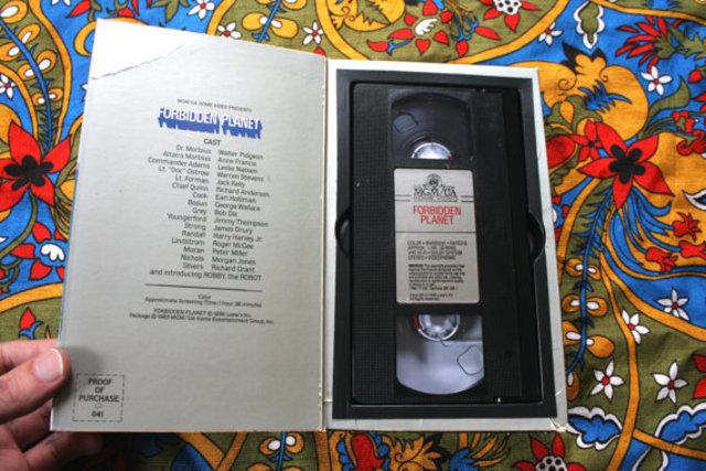 Casette VHS ( video home system ) et son magnétoscope.