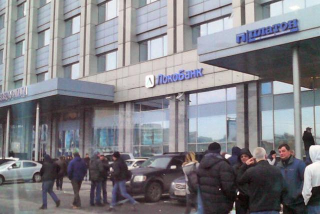Толпа у администрации Московского района