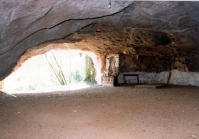 Quando chegou o dia de Natal, o cavaleiro dirigiu-se para a gruta de Belém.