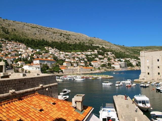 na viagem do cavaleiro o mar esta muito agitado e quando o vento amainou o barco levou os marinheiros para o porto de Ravena.