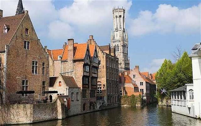o cavaleiro viaja por terra até Bruges, atravessa os Alpes e as montanhas de França.