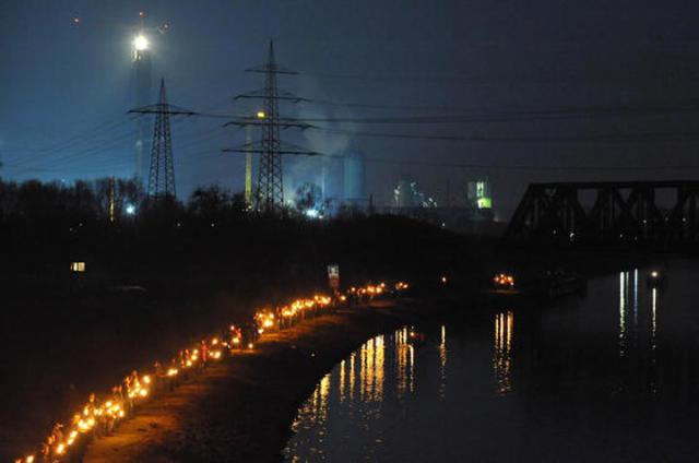 Protestaufmarsch mit Fackeln gegen Kraftwerks-Neubauten