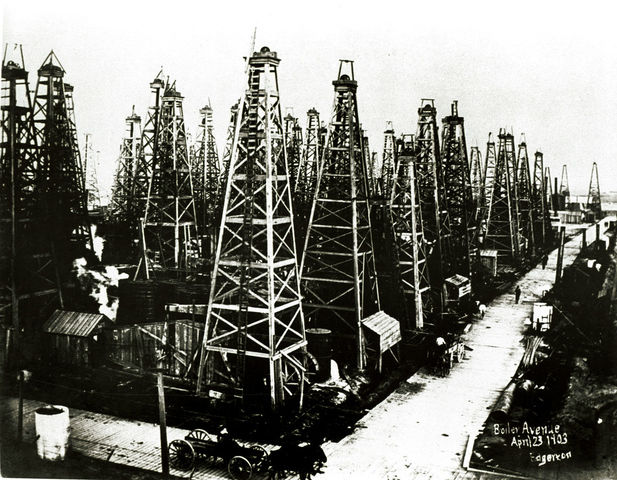 Spindletop oil fields are created