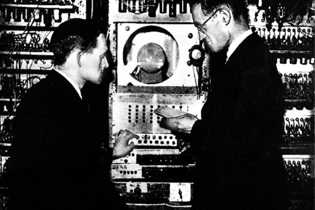 Т. Килбрн и Ф. Вильямс просчитали первую программу на ЭВМ «Марк-1»