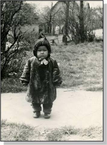 Маленькая Оля на прогулке.