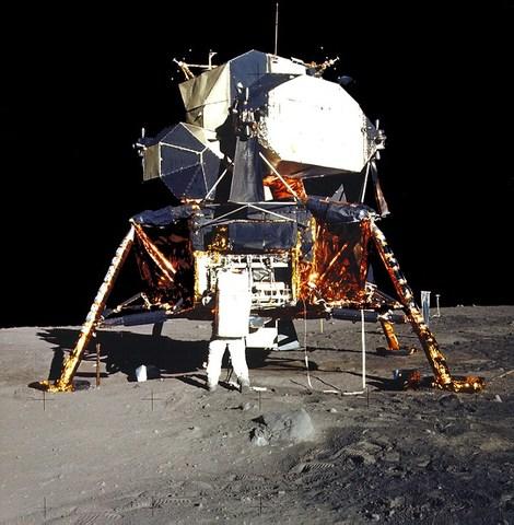 Apolo 11 desciende sobre la Luna.