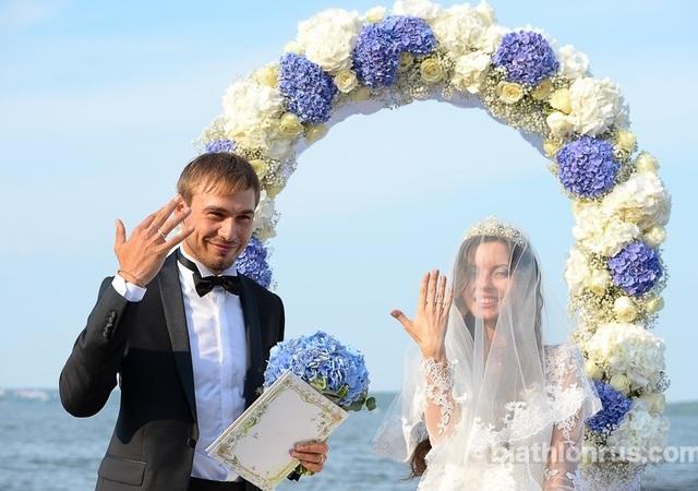 Женился
