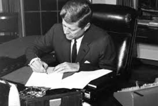 John F. Kennedy firmo la Orden Ejecutiva 11110 que devolvio a los EU emitir su moneda.