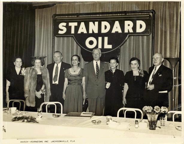 """Los Rothschild manadan a John D. Rockefeller a los EU, funda la """"Standard Oil""""."""